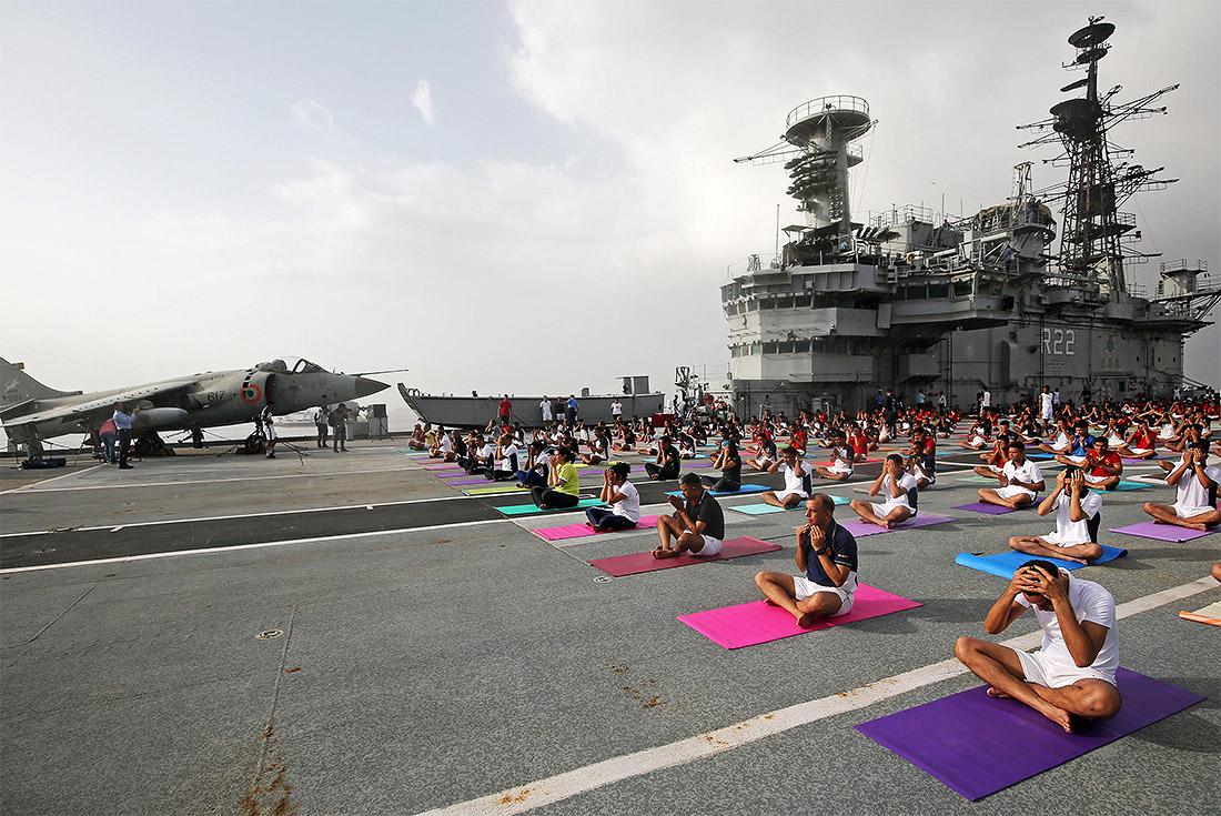 """Официальный день йоги отмечается сегодня, 21 июня. Традиционно команда индийского авианосца """"Вираат"""" в этот день проводит массовые занятие по йоге прямо на полетной палубе."""