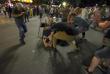Митингующие укрываются от дымовых гранат щитом, вырванным у полицейского