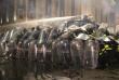 Полиция разгоняет людей с помощью водомета