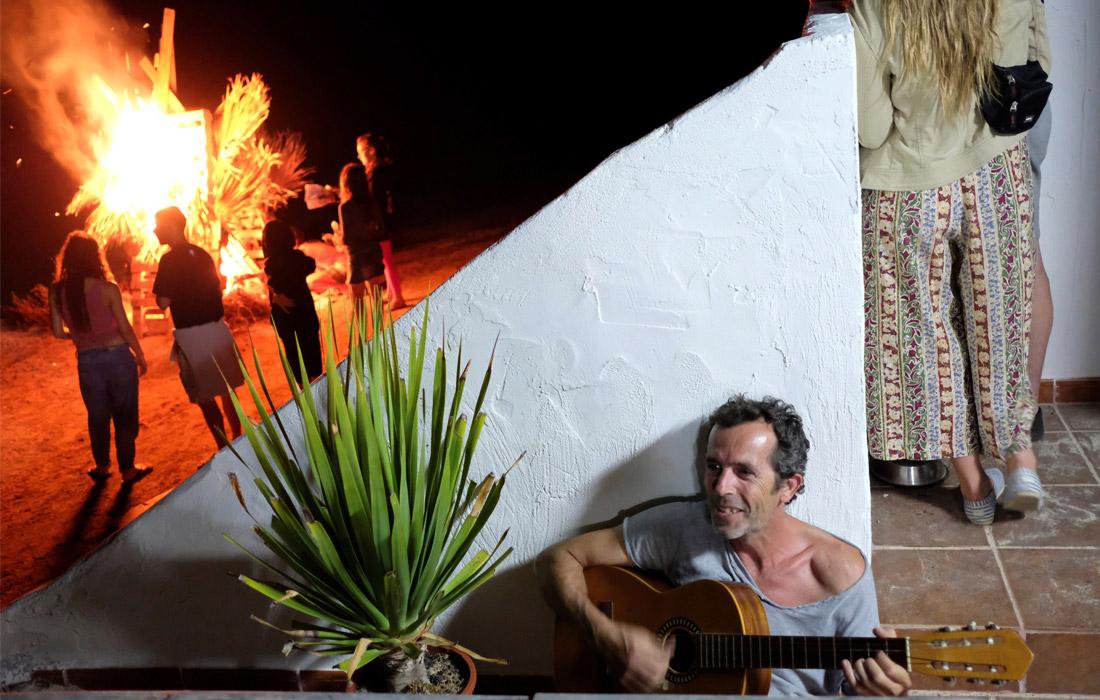 Испанцы отметили праздник Святого Иоанна Крестителя традиционным разжиганием костров