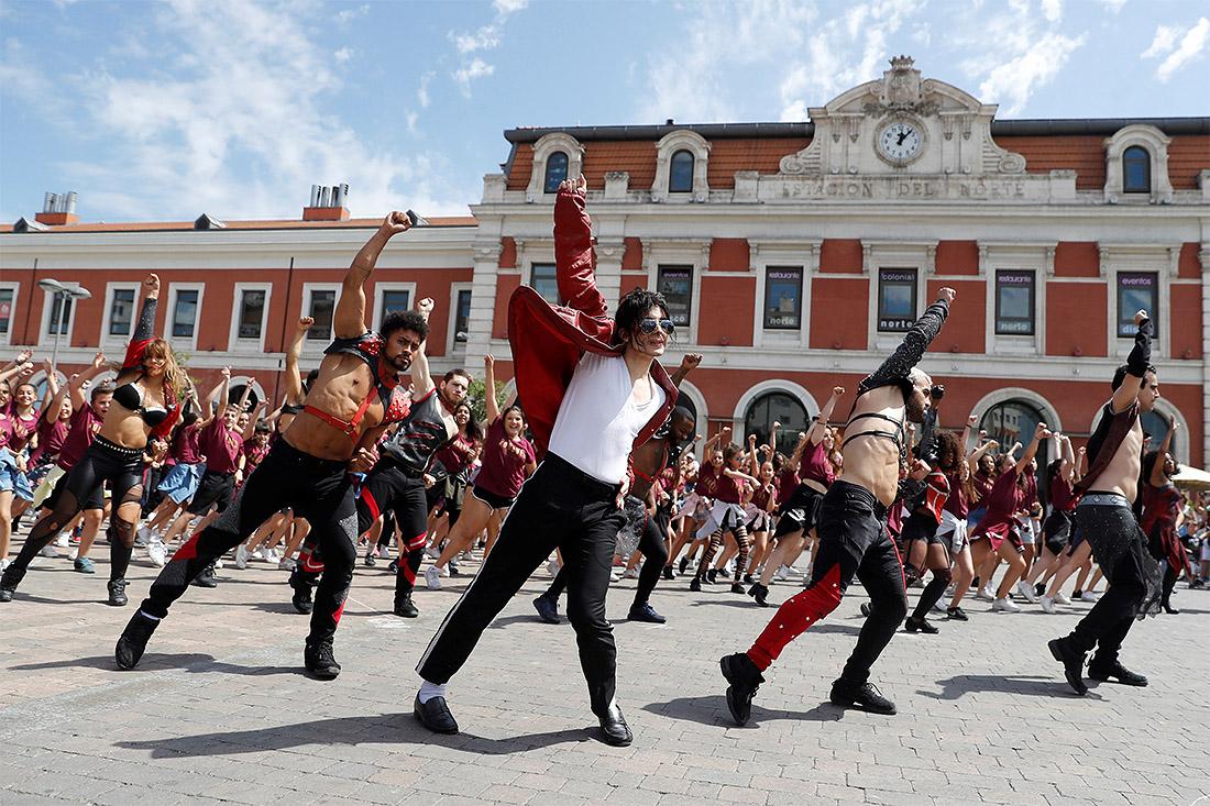 Десять лет назад умер Майкл Джексон. В Мадриде память певца почтили флешмобом.