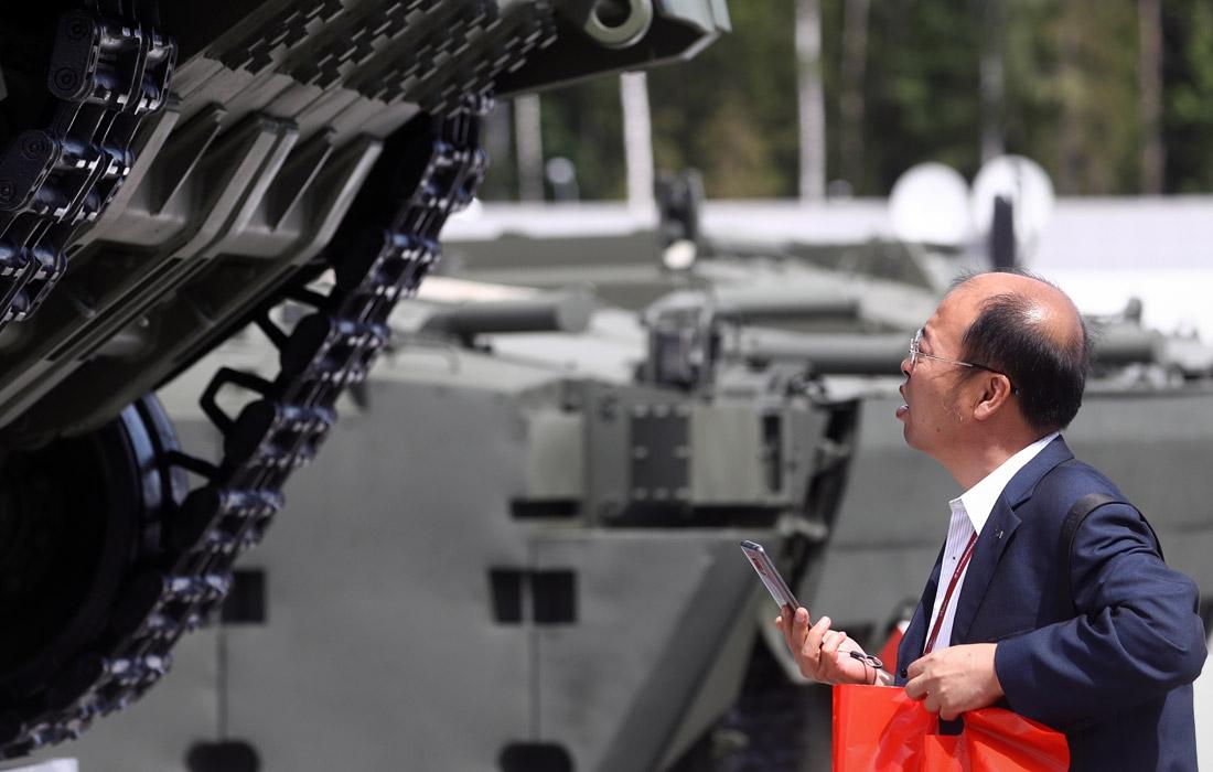 """Посетитель Международного военно-технического форума в парке """"Патриот"""""""