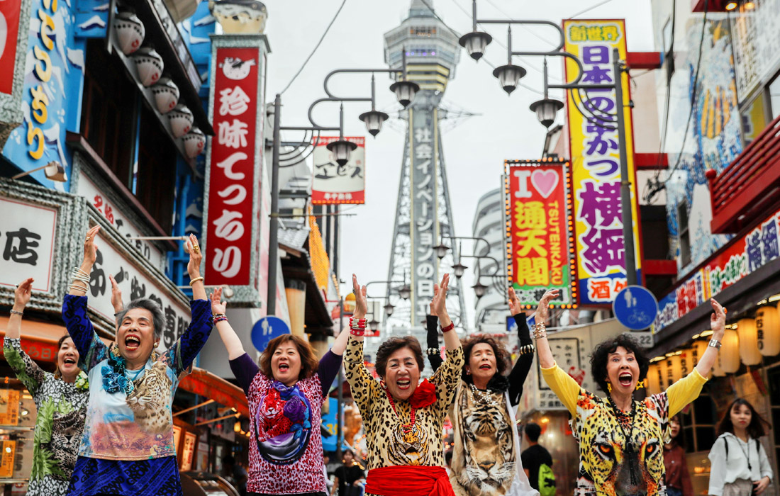 Группа пенсионерок из Японии станцевала в одном из торговых кварталов Осаки в преддверии саммита G20