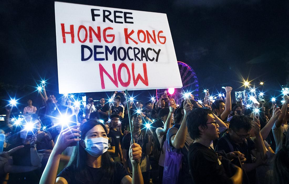 В Гонконге продолжаются массовые акции протеста против принятия поправок к закону об экстрадиции. Он позволит отправлять на материк для судебного разбирательства подозреваемых в совершении преступлений. Активисты направились с листовками к консульствам стран, лидеры которых примут участие в саммите G20, с требованием оказать влияние на КНР.