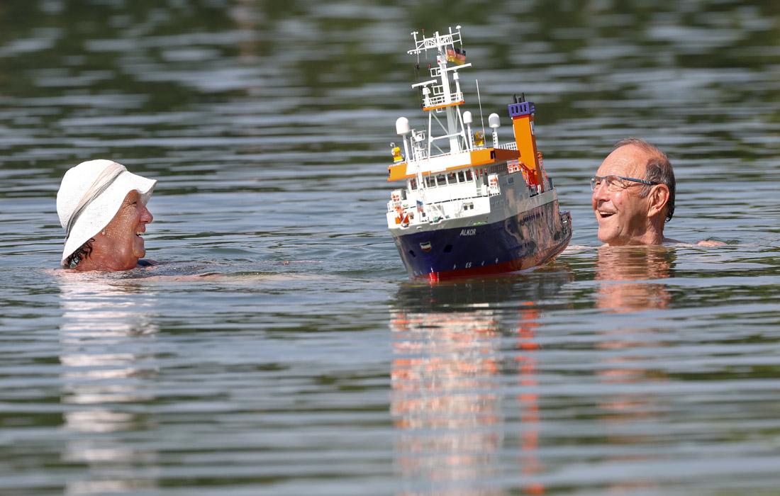 Жители немецкого Эртингене охлаждаются в озере