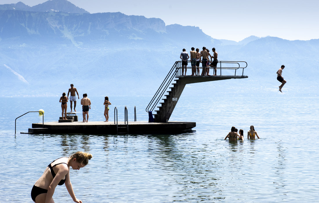 Молодежь отдыхает у Женевского озера в Лютри, Швейцария