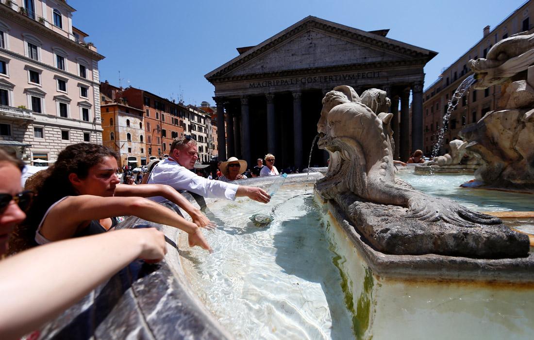 Туристы охлаждаются у фонтана Пантеона в центре Рима