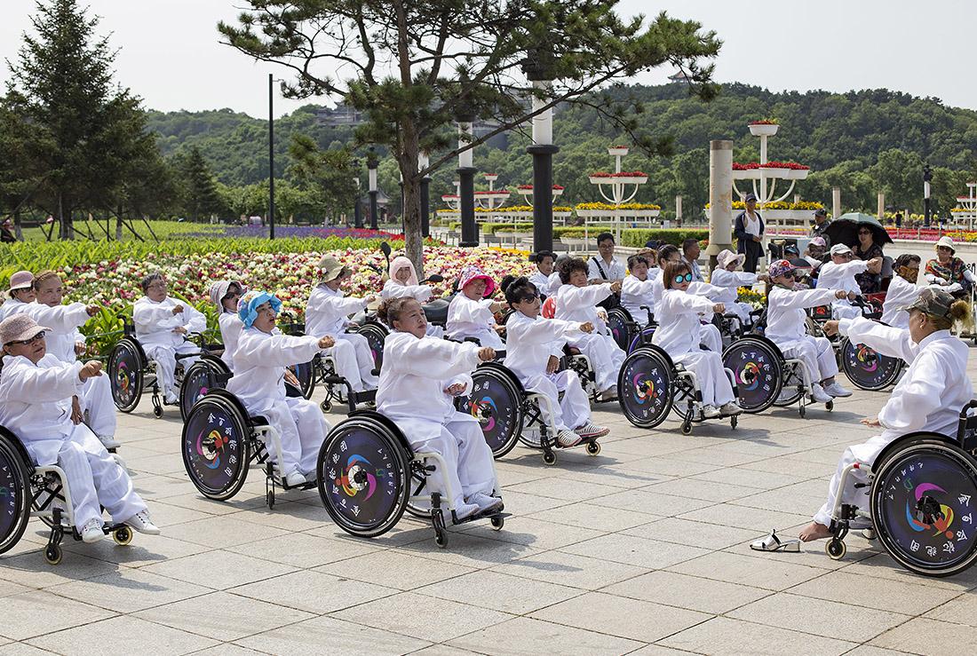 В китайском городе Гирин прошло массовое занятие по боевому искусству тайчи для инвалидов-колясочников