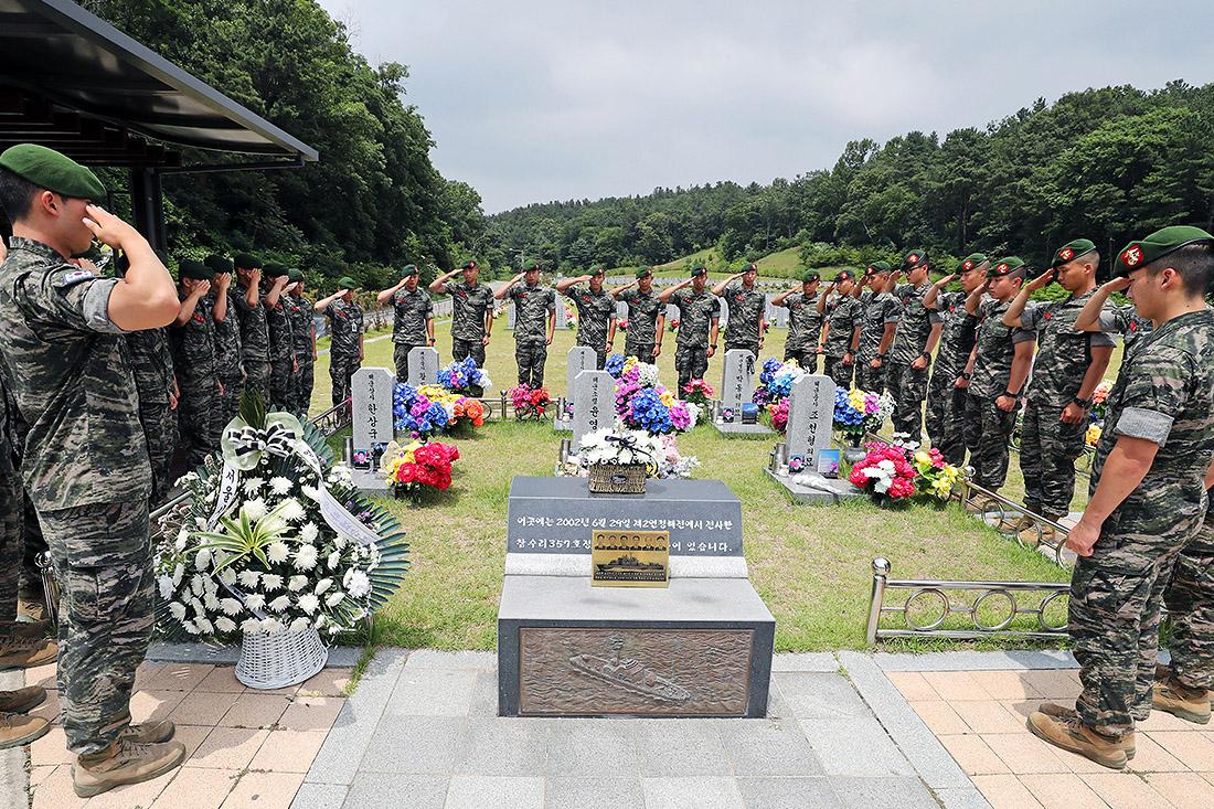В Южной Корее почтили память солдат, погибших по время боестолкновения с солдатами армии Северной Кореи, произошедшим в 2002 году