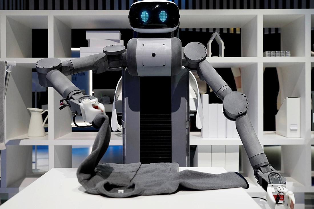 Управляемый робот Уго был представлен сегодня посетителям саммита Большой двадцатки в Осаке. Робот сложил одежду.