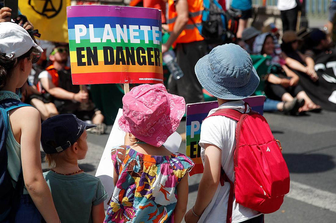 Самые маленькие активисты присоединились сегодня к молодежным протестам во Франции и призвали мировых лидеров сделать уже что-то с изменением климата