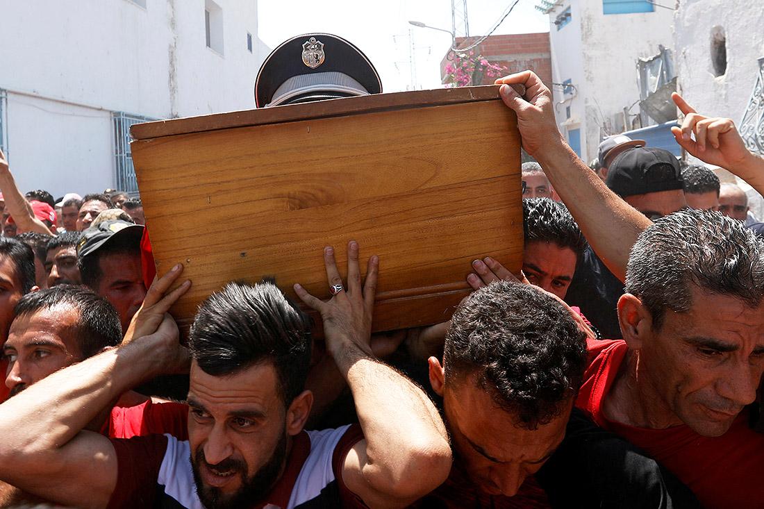 В Тунисе простились с офицером полиции, погибшим накануне во время атаки террориста-смертника