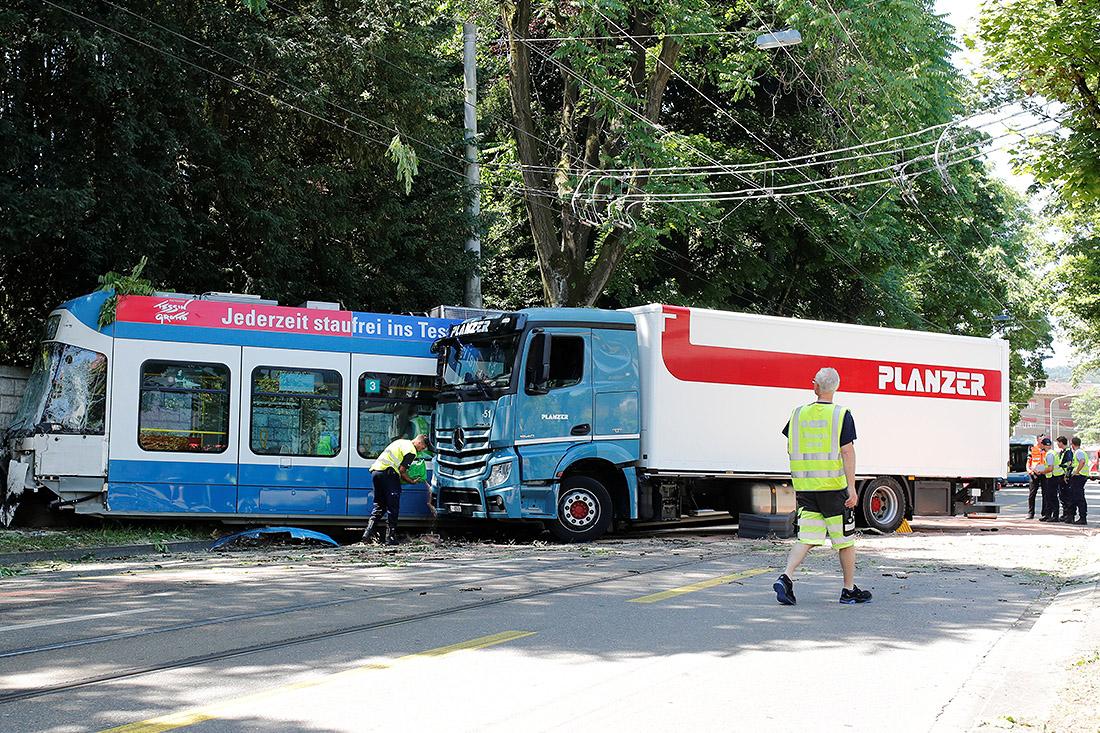 Грузовик и трамвай столкнулись в Цюрихе