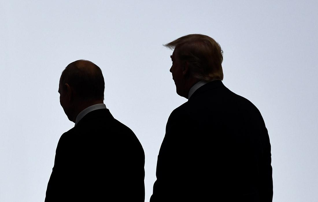 Владимир Путин и Дональд Трамп направляются к месту совместной фотосессии