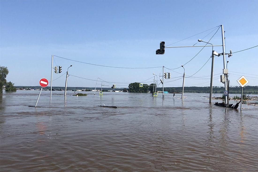 """По данным источника """"Интерфакса"""", при наводнении в Иркутской области могли погибнуть более 15 человек: тела семи уже обнаружены, ведутся поиски еще девяти человек."""