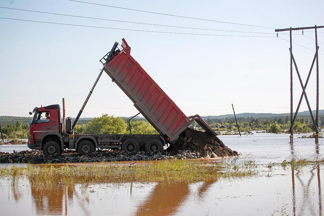 Место размытия трассы Р-255 из-за паводков в районе города Тулуна