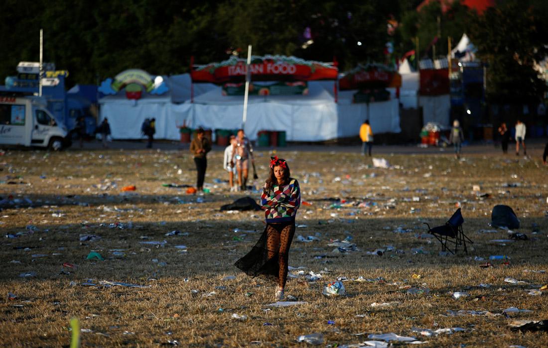 """В Великобритании завершил свою работу фестиваль """"Гластонбери"""". Десятки тысяч зрителей оставили после концертов тонны мусора."""