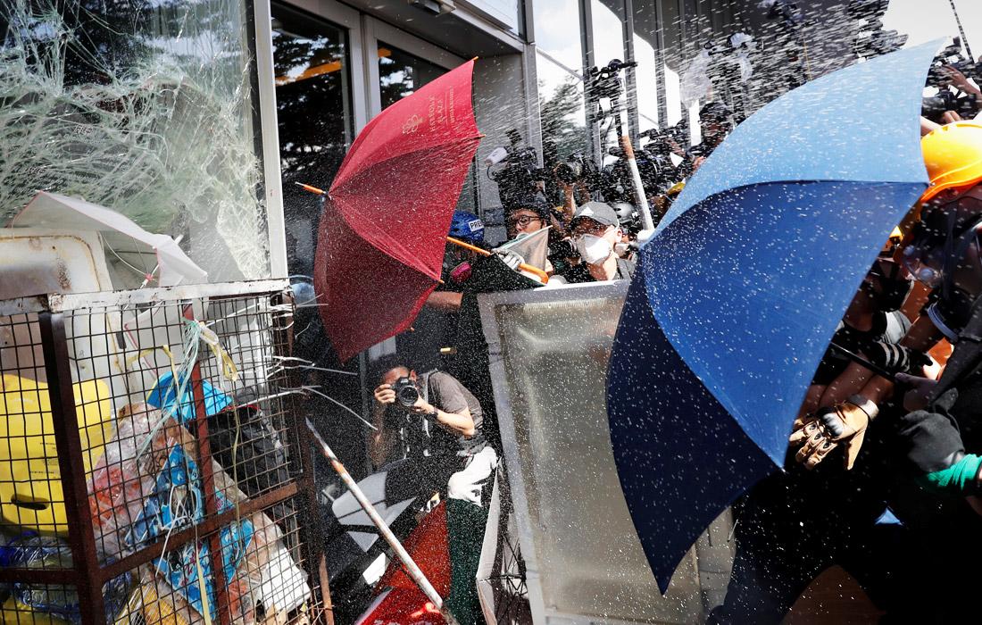 Массовые демонстрации возобновились в Гонконге в понедельник утром. Демонстранты вышли на улицы и перекрыли несколько магистралей. Протестующие прорвались в здание Законодательного совета Гонконга, выступая против планов властей принять закон об экстрадиции подозреваемых на материковую территорию Китая.