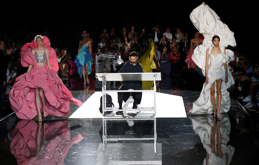 Показ коллекции Schiaparelli на Неделе высокой моды в Париже