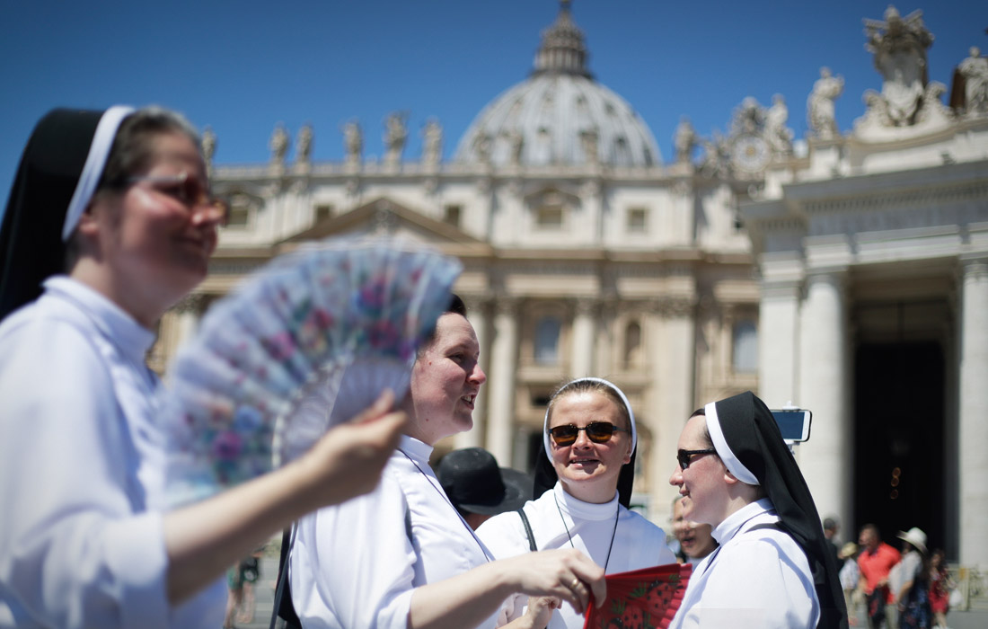 Жители Западной Европы продолжают изнывать от невыносимой жары. На фото: монахини на площади Святого Петра в Ватикане.