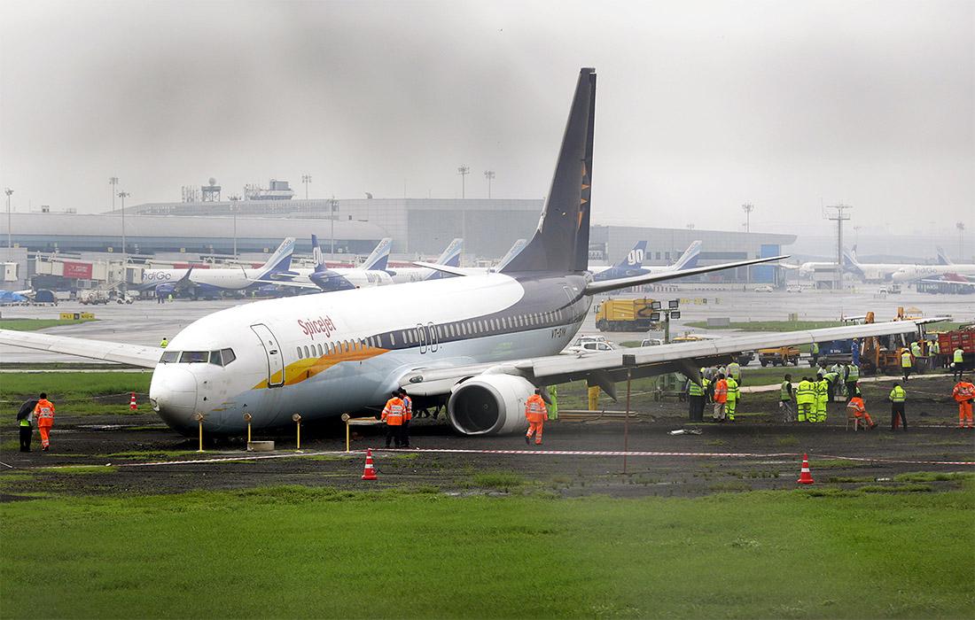 В аэропорту Мумбаи самолет при посадке выкатился за пределы ВПП. Никто не пострадал, а виной всему ужасные дожди.