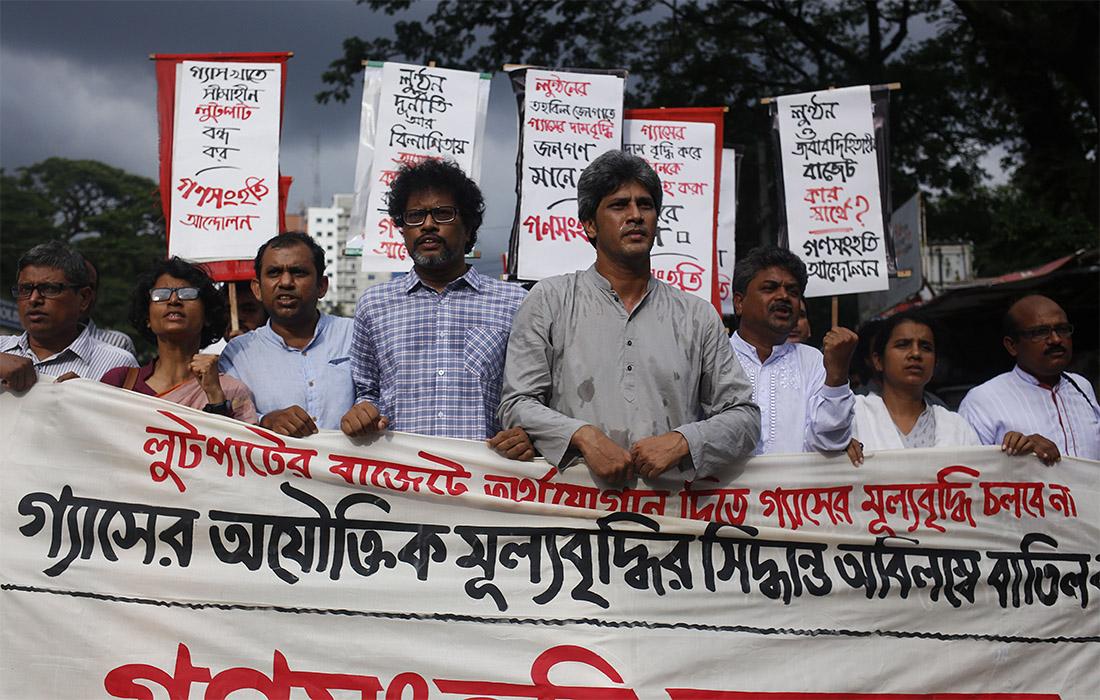 В городе Дхака в Бангладеш люди вышли на улицы протестовать против цен на газ