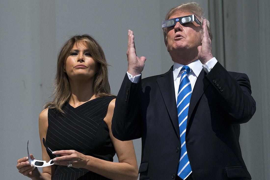 Президент США Дональд Трамп и первая леди Мелания Трамп понаблюдали за затмением прямо с балкона Белого дома