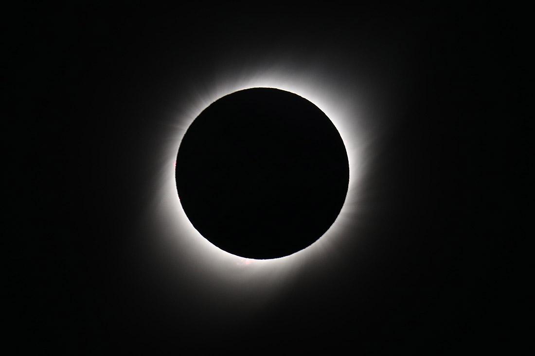 Солнце вновь ненадолго спряталось от землян 2 июля. Вот так это выглядело в Аргентине.