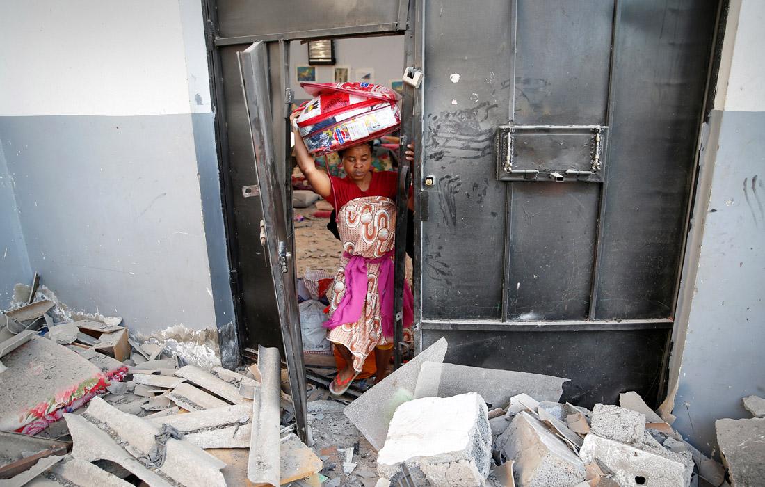 Жертвами авиаудара по центру размещения мигрантов в пригороде ливийской столицы Триполи стали не менее 40 человек, около 80 получили ранения. В понедельник Ливийская национальная армия (ЛНА), руководимая Халифой Хафтаром, заявила, что начинает бомбардировки с воздуха целей в Триполи после неудавшейся попытки захвата столицы. В Ливии концентрируются мигранты из Африки и стран Ближнего Востока, стремящиеся добраться по морю до побережья Италии.