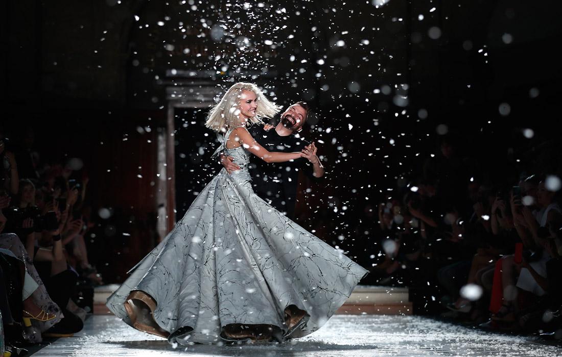 Французский модельер Жюльен Фурнье танцует с моделью во время показа новой коллекции на Неделе высокой моды в Париже
