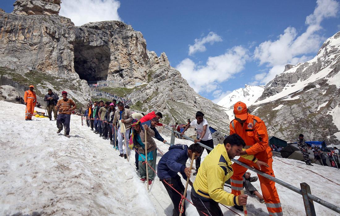 Ежегодное паломничество индуистов к священной пещере Амарнатх в индийском Кашмире