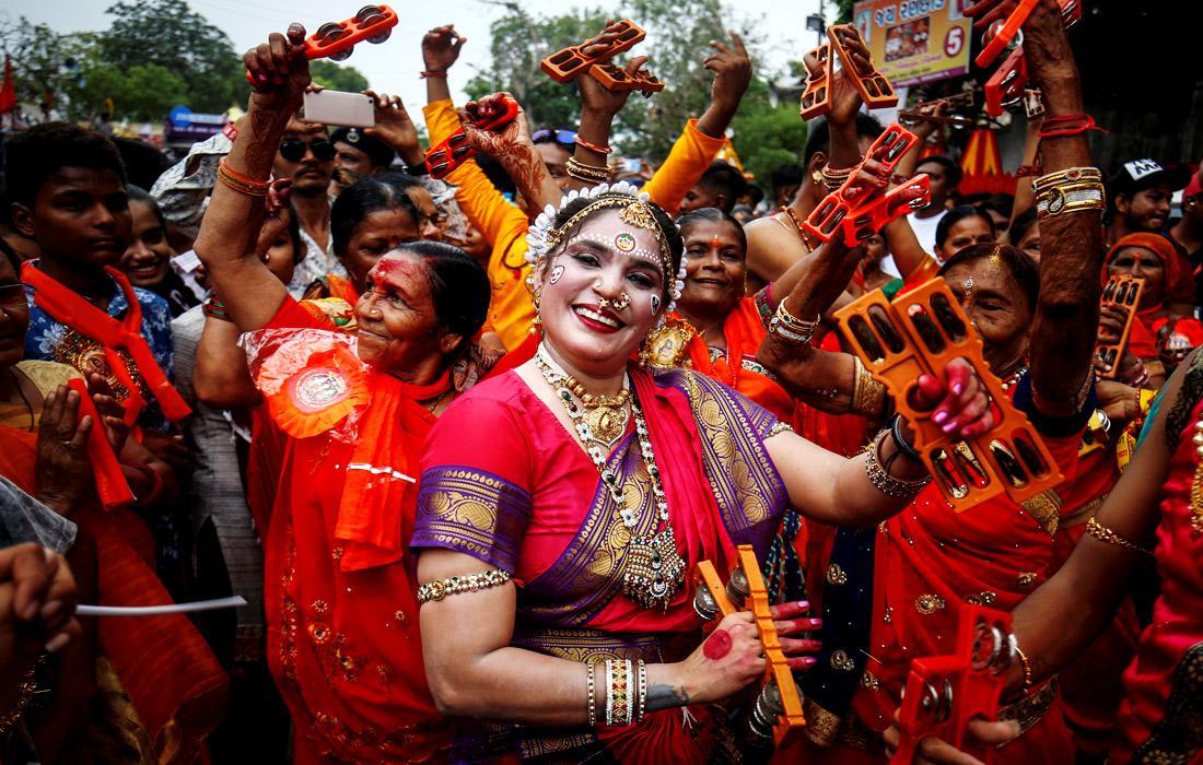 В Индии отмечают крупный религиозный праздник Рахта-ятра, главным героем которого является - одно из воплощений Кришны - божество Джаганнатх. Празднование символизирует возвращение Кришны в родной город, где его с нетерпением ждут пастушки-гопи. Традиционно индуисты устраивают танцы, песни и угощения сладостями. Ежегодно на фестиваль съезжаются более 500 тысяч паломников со всего света.