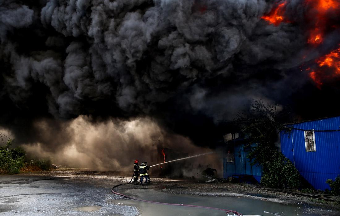 В Краснодаре потушили возгорание на складе в торговом комплексе. Площадь распространения огня составила 1200 кв. метров.