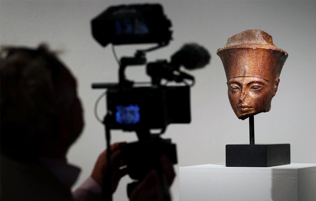 Британский аукцион Christie's выставил на торги бюст фараона Тутанхамона, которому более трех тысяч лет. Ожидается, что он уйдет с молотка более чем за $5 млн. Власти Египта потребовали от аукционного дома снять с торгов скульптуру. МИД страны настаивает, что бюст был украден в 1970-е годы из египетского храма. В 1983 году в стране был принят закон, запрещающий вывоз древностей за границу.