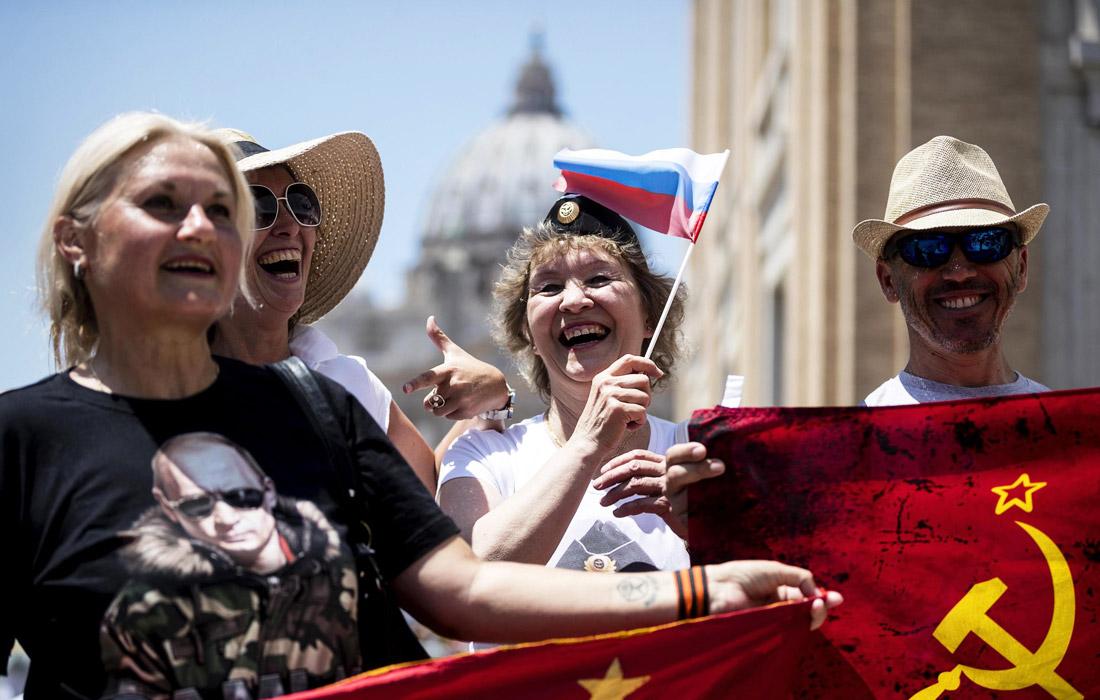 Российский лидер Владимир Путин прибыл в Ватикан, где встретился c папой римским Франциском. Сторонники президента России приветствовали его на улицах города.