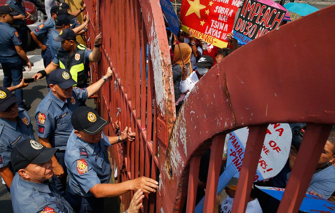 Акция протеста против политики президента Филиппин Родриго Дутерте прошла у ворот его резиденции в Маниле