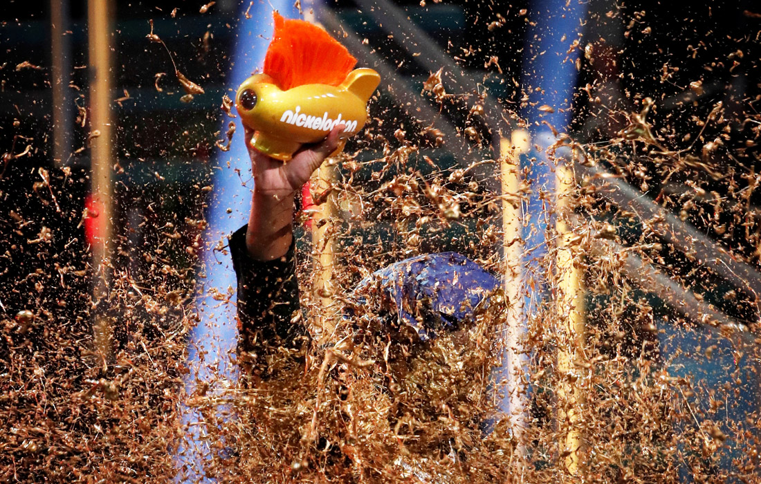 """В Санта-Монике прошла ежегодная премия Kids' Choice Sports Awards, организатором которой выступает детский телеканал Nickelodeon, а лучших футболистов, хоккеистов и других представителей индустрии спорта выбирают юные зрители. Американского баскетболиста Дуэйна Уэйда удостоили награды """"Легенда"""" и по традиции облили золотой краской."""