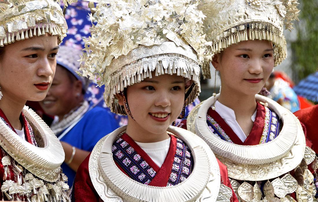 В китайской провинции Гуйчжоу прошел ежегодный фестиваль народа Мяо, который аналогичен западному Дню Святого Валентина. По традиции жители окрестных деревень шествуют по улицам в национальных костюмах, молятся о хорошем урожае риса, а также ищут неженатым молодым людям пару.