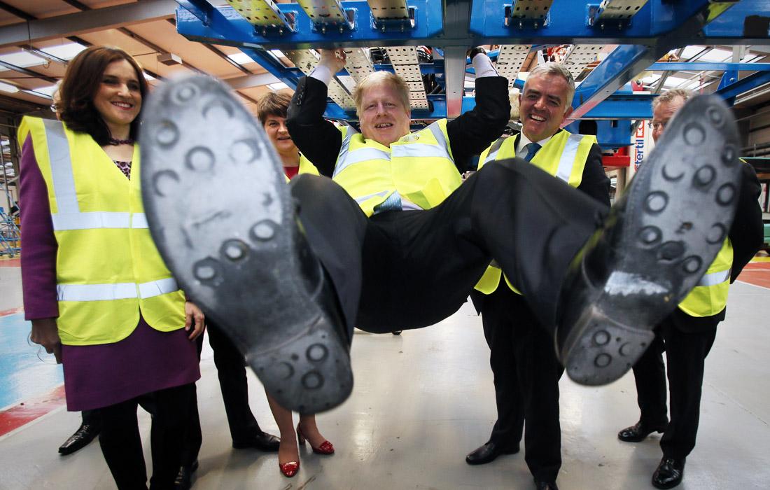 Джонсон во время посещения завода по производству автобусов Wrightbus Chassis. Февраль 2016 года.