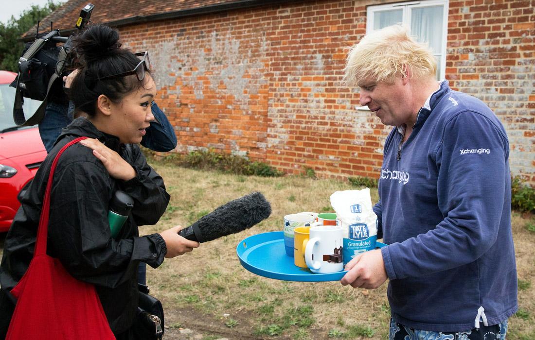 Политик выносит чай осаждавшим его дом журналистам в Темзе. Июль 2018 года.