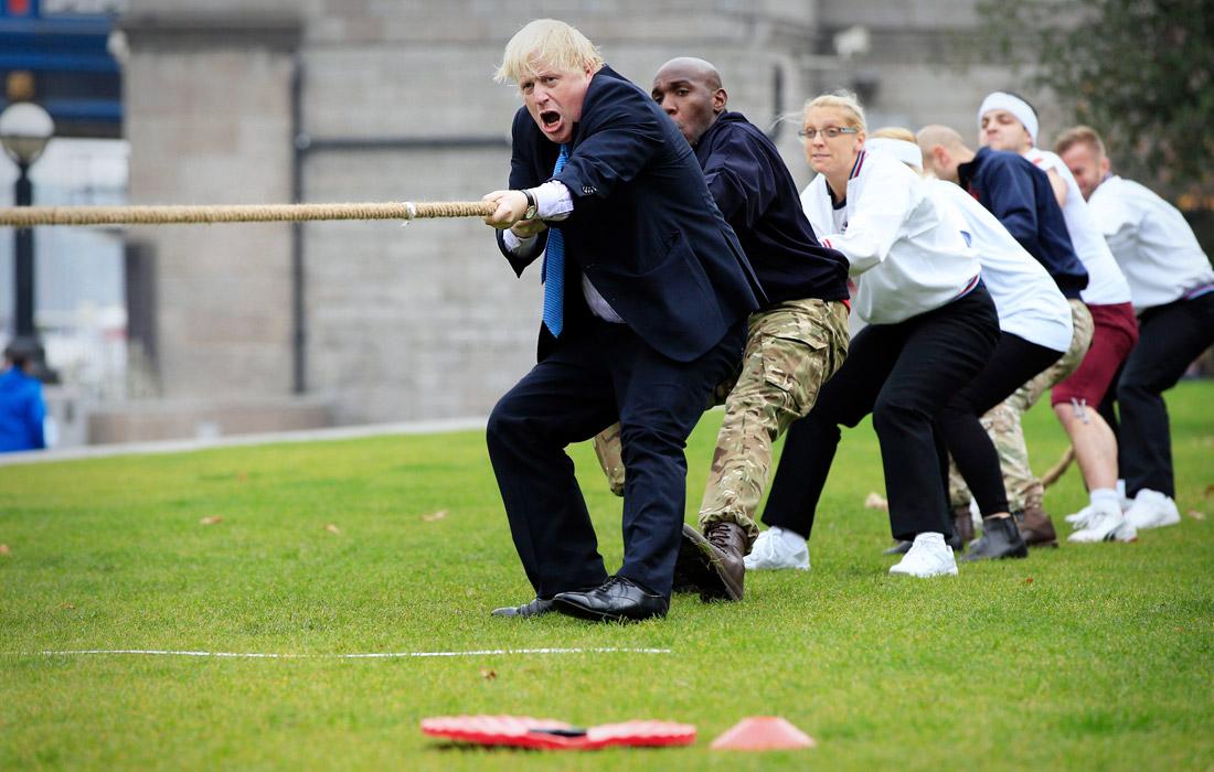 Борис Джонсон участвует в перетягивании каната. Октябрь 2015 года.
