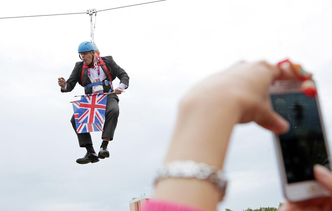 Борис Джонсон застрял на передвижных тросах на высоте 45 метров, выполняя трюк перед многочисленной толпой на городском фестивале, посвященном Олимпийским играм. Август 2012 года.