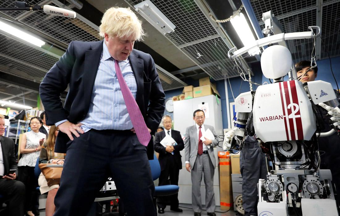 Борис Джонсон и двуногий гуманоидный робот Wabian2 в кампусе университета Васэда в Токио, Япония. Июль 2017 года.