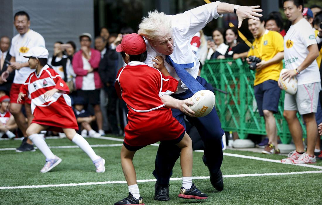 Во время игры в регби с детьми в Токио. Октябрь 2015 года.