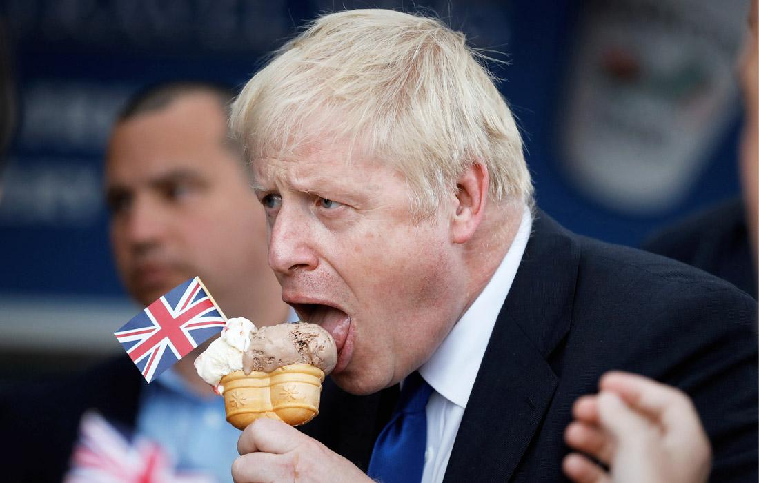 Борис Джонсон наслаждается мороженым на острове Барри, Великобритания. Июнь 2019 года.