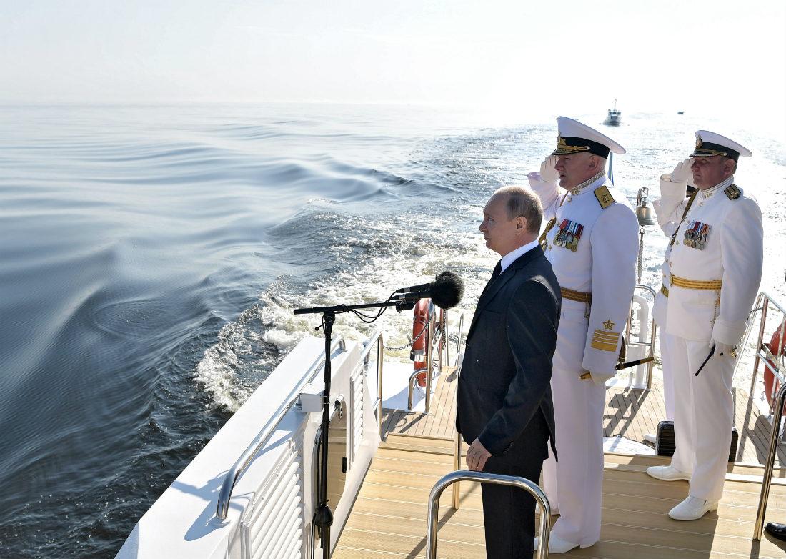 Владимир Путин принимает парад в честь дня ВМФ в Петербурге