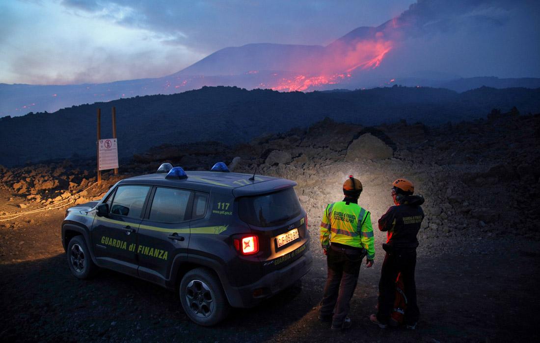 На острове Сицилия извергается самый крупный вулкан Европы - Этна