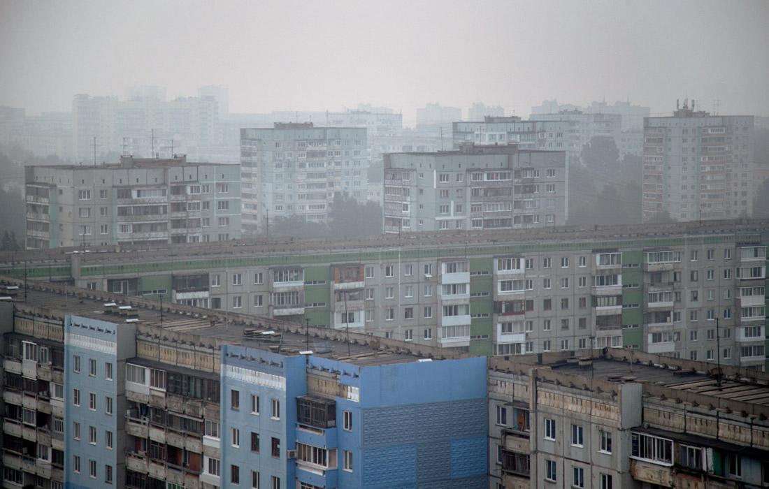 Дым от лесных пожаров над спальным районом в Кемерове