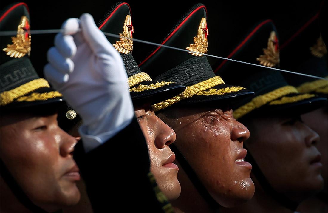 Почетный караул готовится к церемонии приветствия президента Колумбии в Большом народном зале в Пекине