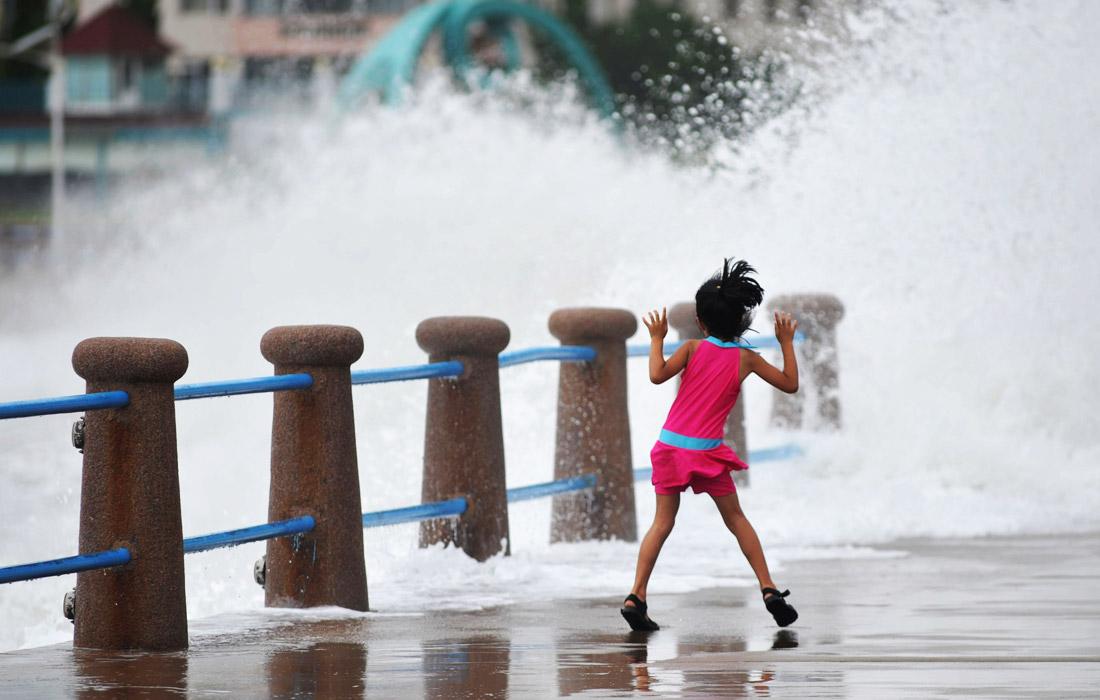 """Тайфун """"Лекима"""", обрушившийся на восточные районы Китая в субботу, ослаб до тропического шторма. Число погибших в результате разгула стихии превысило 40 человек, более десяти человек числятся пропавшими без вести. Экономический ущерб от природного катаклизма уже составляет 18 млрд юаней ($2.55 млрд)."""